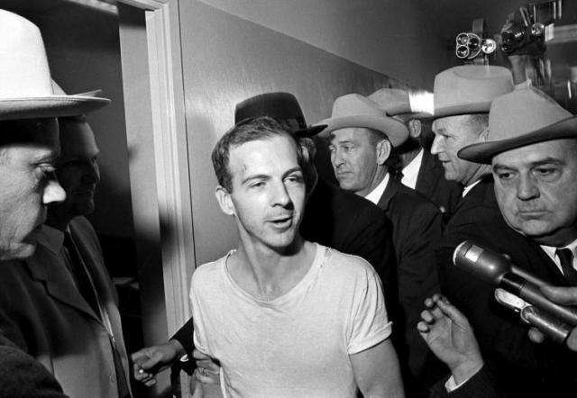 Вице-президент Линдон Джонсон принял присягу главы государства в день гибели Кеннеди в аэропорту Далласа.