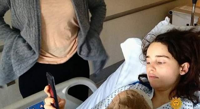 Спустя 9 лет актриса показала снимки, сделанные после операции. На фото Эмилия Кларк на больничной койке. Спустя время у Кларк нашли еще одну аневризму, которая росла, а в 2013 году ей сделали еще одну операцию. Она закончилась тем, что аневризма разорвалась, а пациентка очнулась, крича от боли.