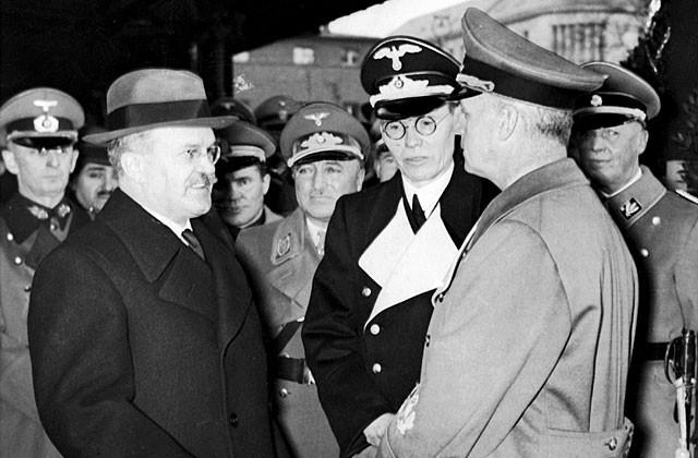 Немцы посчитали целесообразным, чтобы переговоры начал Риббентроп, задав им определенную направленность, далее инициатива переходила к Гитлеру. Рассказав о сложившемся в мире положении, Риббентроп обозначил, как будет видно из дальнейшего хода переговоров, ключевую тему - разграничение сфер интересов. На фото:Иоахим фон Риббентроп (справа), Густав Хильгер (в центре) и Вячеслав Молотов (слева) в Берлине.