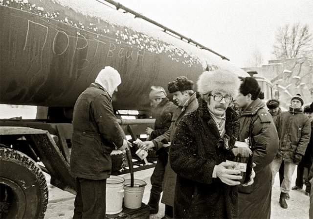 """После принятого 7 мая 1985 года Советом министров СССР постановлении """"О мерах по преодолению пьянства и алкоголизма, искоренению самогоноварения"""" портвейн привозили в цистернах. И люди это пили."""