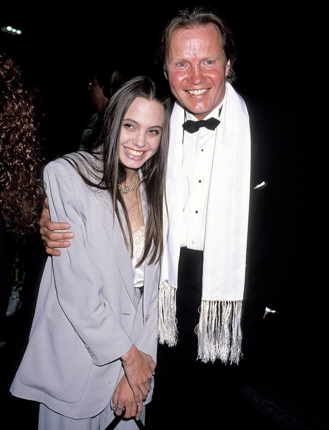 Известна неприязнь Джоли к отцу, Джону Войту: она всегда винила отца за измены матери и уход из семьи.