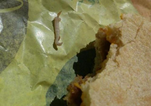 Парень из США купил бутерброд в закусочной и после нескольких укусов почувствовал что-то странное. Он вынул изо рта беловатое тело и вскоре понял, что это был червь. Хотя менеджер ресторана настаивает на том, что это не червь, а кость.
