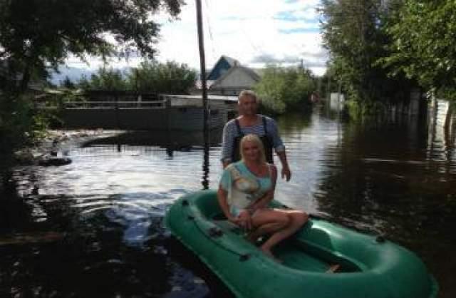 Как известно, Анастасия активно гастролирует по всей России. Летом 2013 года в ее графике была и Амурская область. Но именно в тот период, когда зрители ждали выступления балерины, в регионе произошло масштабное наводнение, из-за которого тысячи людей остались бездомными.