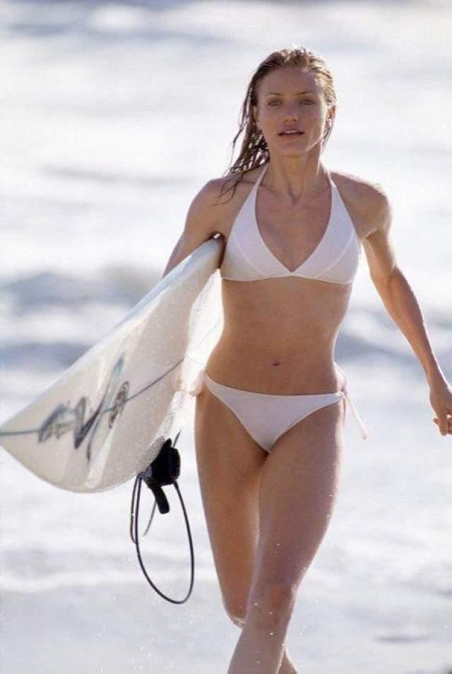 Камерон Диас / Ангелы Чарли 2: только вперёд В этой комедийной франшизе было много сексуальности. Одна из составных ее частей - Камерон Диас и ее тело. В том числе, в бикини.