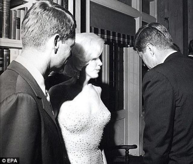 Самая популярная, после самоубийства, версия смерти Монро - роковой визит брата президента США Джона Кеннеди. По слухам накануне гибели вечером в спальне Монро находился Роберт Кеннеди. Якобы Мэрилин и Роберт поссорились. После ссоры Кеннеди покинул дом, а Монро потребовалась медицинская помощь.