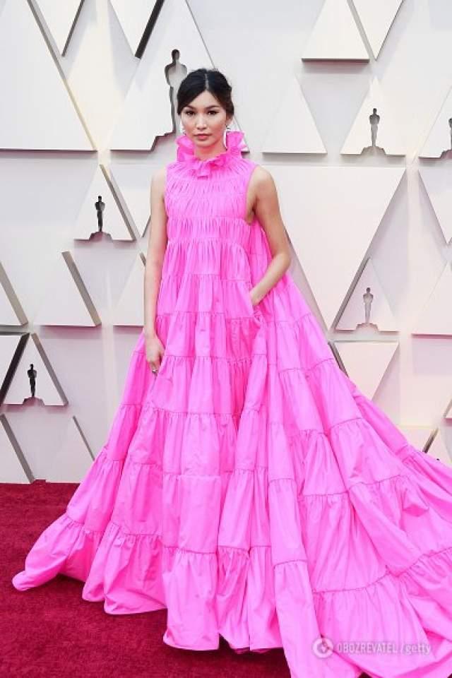 Джемма Чан в Valentino. Ярко-розовый пышный наряд, да еще и с карманом, кажется уютным, но в то же время торжественным, отметили зарубежные эксперты моды.