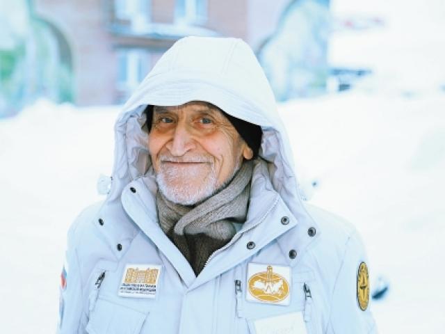 """Дроздов не сидел на месте: участвовал в многочисленных научных экспедициях по территории СССР. В 1979 году совершил восхождение на вершину Эльбруса. В 1993 и 1995 годах побывал в экспедициях российского ледокола """"Ямал"""" (к Северному полюсу и по Северному морскому пути) и корабля """"Дискаверер"""" (вдоль побережья Аляски и Канады)."""