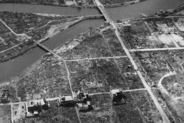 Эпицентр Хиросимы осенью 1945 года. На фотографии видна центральная точка очага взрыва.