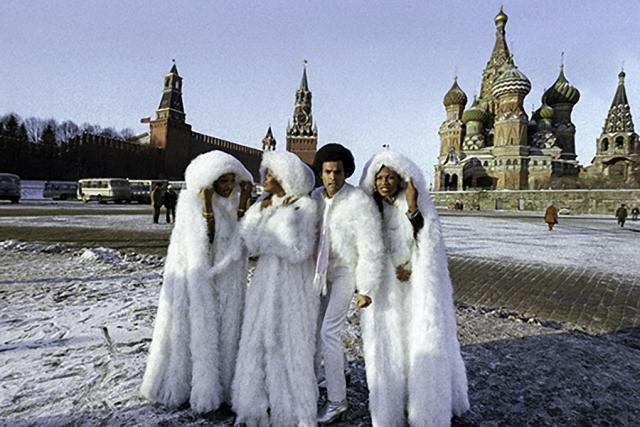 И снова диско-группа на Красной площади.