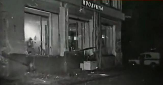 Бомбу террорист положил под прилавок. Во время взрыва осколки бомбы вошли прямо в металлический каркас прилавка.