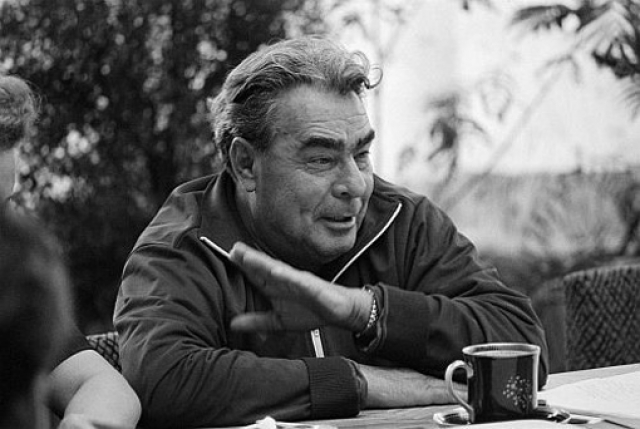 В 1976 году Брежнев пережил клиническую смерть и несколько месяцев после этого не мог нормально работать. За ним стали постоянно следить врачи-реаниматологи. У генсека нарушилась речь и мышление, он стал глохнуть.