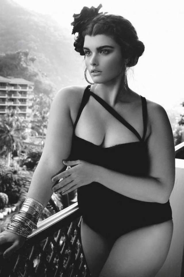 Кристал Ренн Еще одна красавица с пышными рскошными формами - фотомодель Кристал Ренн. Модельный бизнес довел Кристал до анорексии и нулевого размера, но успех не приходил. Выйдя из тяжелого физического состояния впоследствие анорексии девушка забросила диеты, отбросила комплексы и поправилась аж до 14 размера (она стала весить свыше 80 кг). Она снималась для изданий Vogue во всех странах, принимала участие в рекламной кампании Dolce&Gabbana и закрывала показ Жан-Поля Готье на Неделе Высокой моды в Париже.