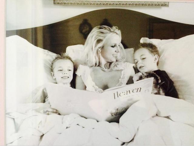 А когда ребята были помладше, как заботливая мама читала им книги на ночь.