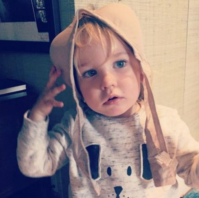 На этом занятном снимке малыш примеряет мамин бюстгальтер.
