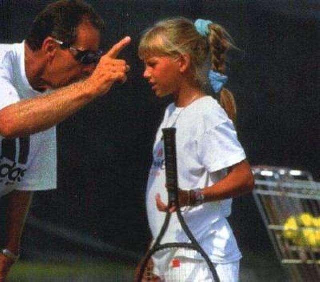 Анна Курникова (большой теннис). Бывшая первая ракетка мира в парном разряде (и, кстати, единственная россиянка, добивавшаяся этого достижения) начала заниматься теннисом с пяти лет.