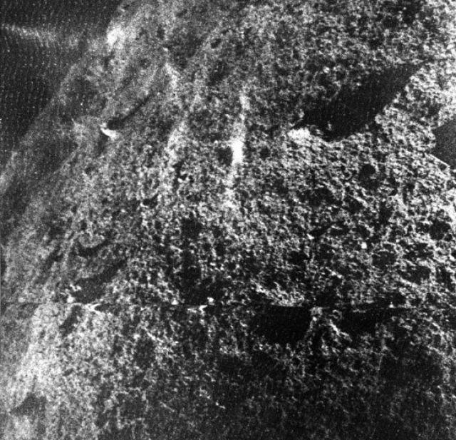 3 февраля 1966 года беспилотный космический корабль Луна-9 стал первым космическим аппаратом, который совершил мягкую посадку на Луну: этот снимок поверхности Луны был отправлен обратно на Землю советским космическим аппаратом.