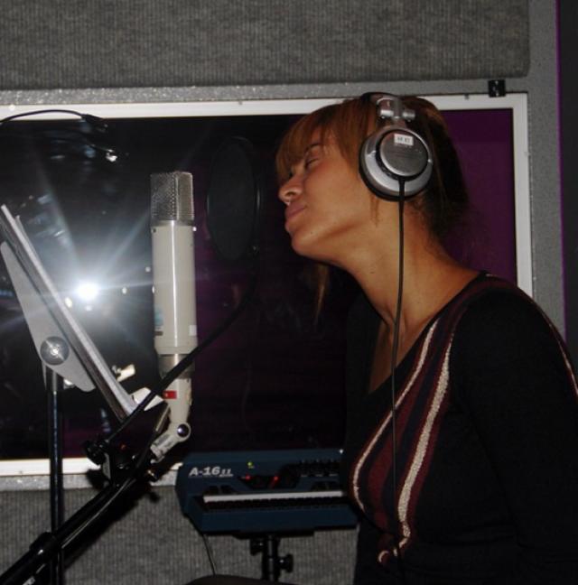 Бейонсе. Мало того, что певица сама на себя не похожа, так еще как будто уснула во время звукозаписи.