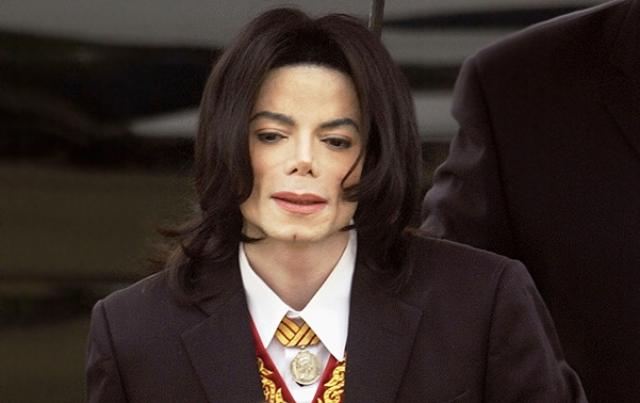 В 2004 году Майклу сделали очередную операцию, в результате которой певцу удалось смастерить нос из хряща собственного уха. После смерти у певца врачи обнаружили следы более 50 операций.
