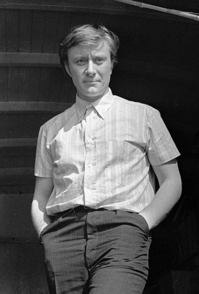 В 1962 году Миронов окончил Театральное училище имени, по окончании учебы мечтал попасть в труппу Театра имени Вахтангова. Но его не взяли, что очень расстроило Андрюшу.
