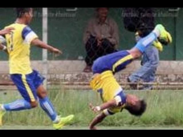 Забив гол, индийский игрок решил отпраздновать свой успех и выразить свою радость исполнением сальто. Первая попытка ему удалась, но второй его прыжок оказался фатальным - неудачное приземление привело к травме позвоночника, в результате чего футболист умер.