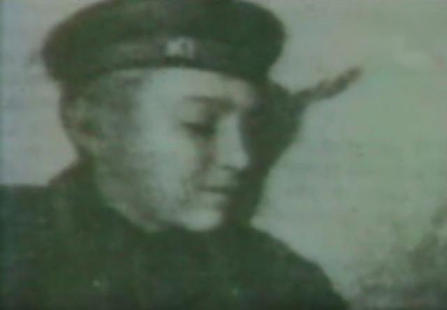 Воспитывался в детских домах и в Уфимской детской трудовой колонии. После окончания 7 классов работал в этой же колонии помощником воспитателя.