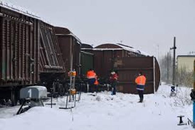 """В результате было пробито днище одной из цистерн, загорелась нефть, и вскоре несколько вагонов охватило пламя. Прибывшие на место происшествия пожарные потушили возгорание, а заодно и извлекли из кабины локомотива Мироненко, который получил серьезные травмы. Ущерб от """"прогулки"""" составителя поездов составил около 2 миллионов рублей."""