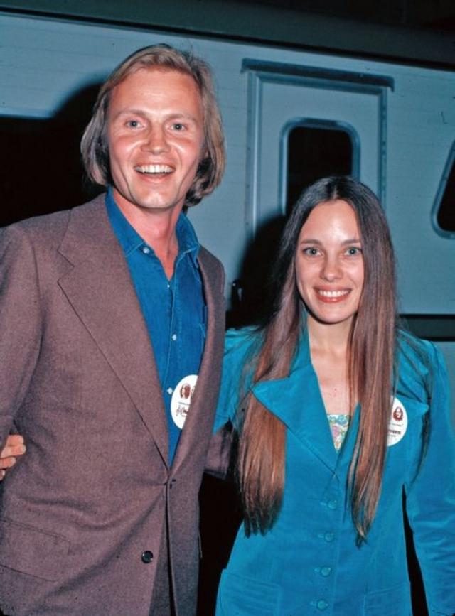 Анджелина Джоли. Актриса очень похожа на свою мать Маршелин Бертран, тоже актрису. А ее отцом был актер Джон Войт.
