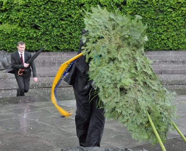 Еще один курьез произошел во время возложения цветов к памятнику Неизвестному солдату в Киеве 17 мая 2010 года. Когда президент уже подошел к месту поклонения, резкий порыв ветра уронил венок прямо на опущенную голову Януковича.