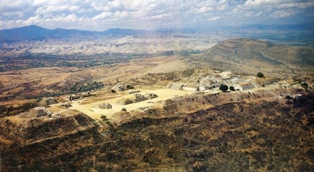 В пору своего рассвета здесь проживало более 20 тысяч человек, и город раскинулся на 40 километров. Их племена назывались сапотеками.