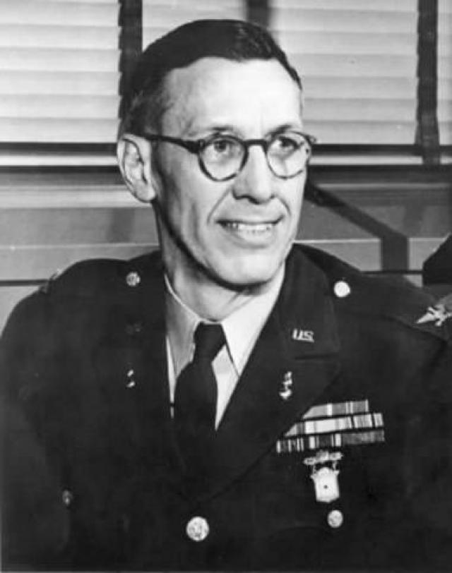 В августе 1945 года полковник Холгер Тофтой , глава ракетного отделения отдела исследования и разработки Артиллерийского корпуса Армии США, предложил сначала одногодичные контракты ракетостроителям, 127 из которых были приняты.