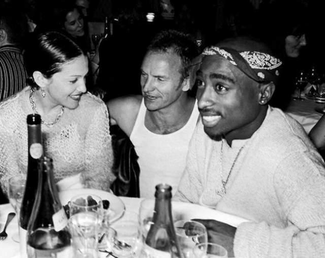 Мадонна, Стинг и Тупак Шакур за одним столом. Фотография очень редкая, так как между собравшимися звездами, как думали все, очень мало общего. Между тем известно, что некоторое время известная на весь мир Мадонна встречалась с не таким уж известным Шакуром.