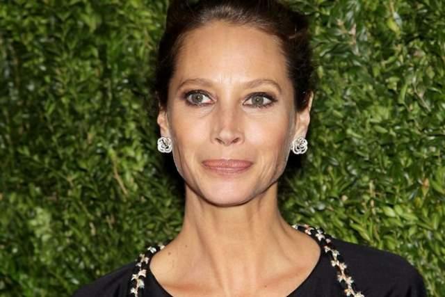 """В 1989-м Кристи стала лицом продукции """"Мейбелин"""" и представляла парфюм от Calvin Klein."""