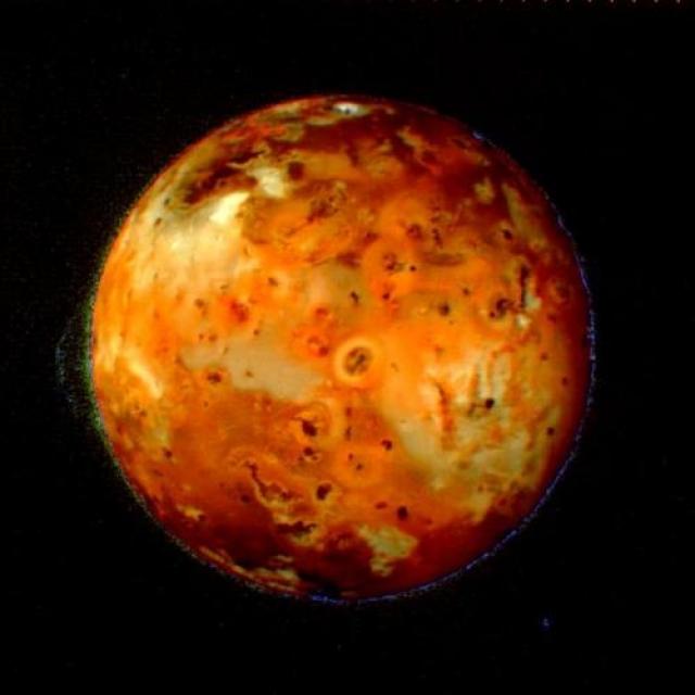 Основная миссия аппарата «Вояджер-1» завершилась 20 ноября 1980 года после его случайной встречи с системой Юпитера в 1979 году в дополнение к системе Сатурна в 1980 году. Это были первые детализированные изображения обеих планет и их спутников, предоставленные зондом. Программу Voyager разработали, чтобы найти и узнать о регионах и границах внешней гелиосферы, и, наконец, приступить к изучению межзвездной среды. На фото: вулканическая активность на Ио, спутнике Юпитера