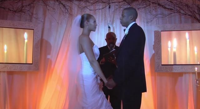 Бейонсе и Jay-Z. А этой паре удалось скрыть заветный день от чужих глаз. Вот это фото звезды показали широкой публике лишь спустя семь лет после церемонии.