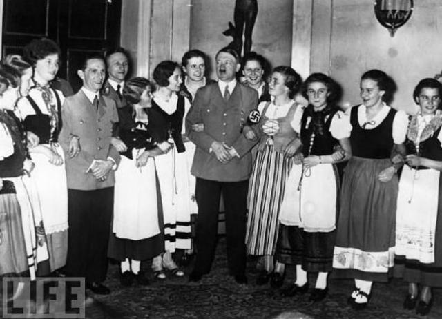 Пожалуй, самый известный диктатор Адольф Гитлер любил многих женщин. Хотя плоды этой взаимной любви чаще всего были трагическими... У политика, обладающего таким неординарным даром, с первых шагов на этом поприще было немало поклонниц.