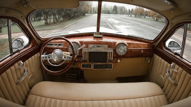 ГАЗ-12 стоил довольно дорого, но при этом его активно использовали в качестве такси и автомобиля скорой помощи.