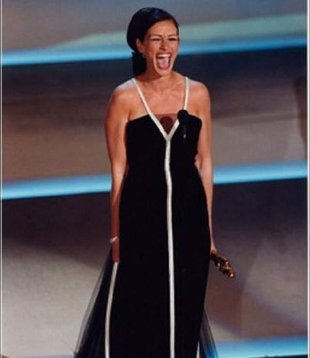 """Джулия Робертс , вышедшая за своим """"Оскаром"""" в 2001 году, смогла сказать только, что она """"бессовестно счастлива""""!"""