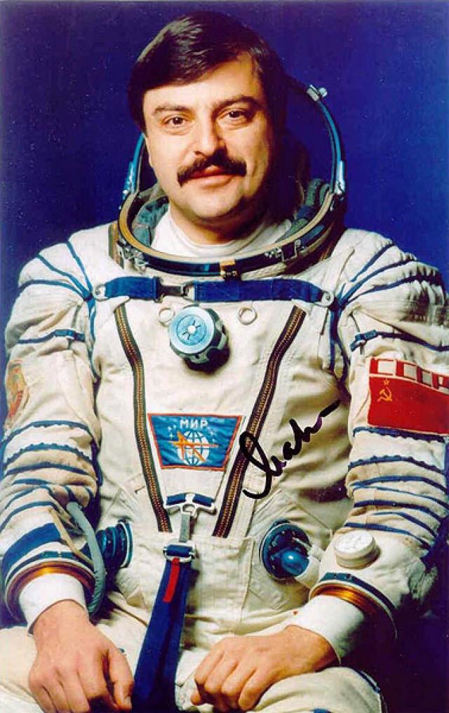 """Астронавт Муса Манаров в сумме провел 541 день в космосе, из которых один в 1991 году запомнился ему более других. На пути к космической станции """"Мир"""" ему удалось снять на камеру сигарообразное НЛО."""