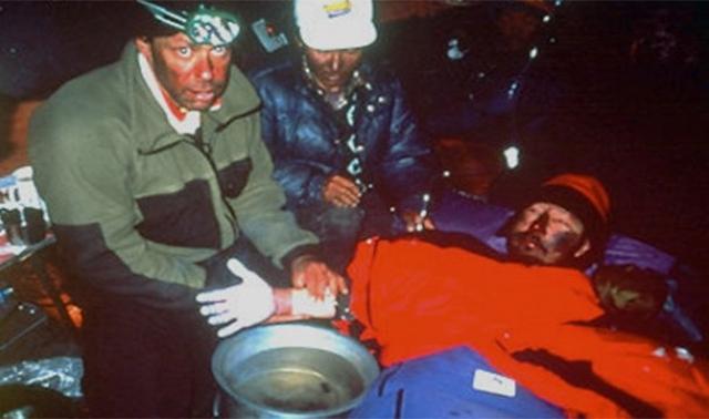 Во время сильного шторма альпинист пролежал на морозе 18 часов не в силах подать никаких признаков жизни. Мужчину признали погибшим.