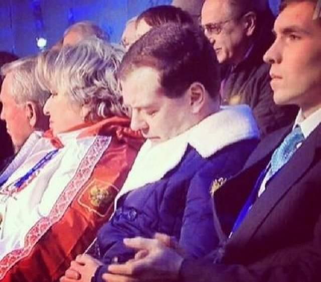 Порой казалось, что фотографии с открытия Олимпиады-2014 года со спящим Дмитрием Анатольевичем взорвали интервент сильне, чем сама Олимпиада в Сочи.