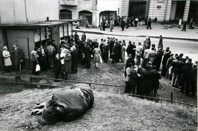 Спящий на улице целеустремленный житель СССР, который, вероятно, выстоял очередь в вино-водочный магазин.