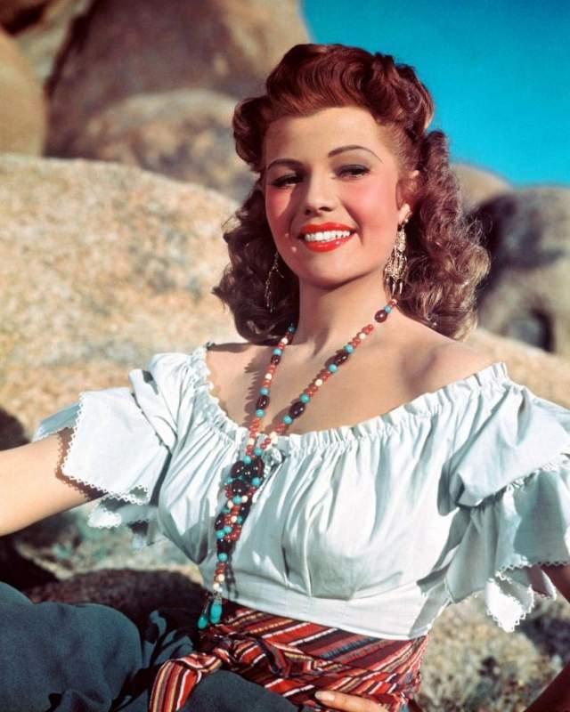 Рита Хейворт, 1918-1987. Актриса и танцовщица стала легендой и секс-символом своей эпохи, а также вошла в топ-100 величайших звёзд кино по версии Американского института киноискусства.