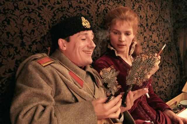 Известной актрисе Джулии Ормонд досталась роль иностранки Джейн, которая знакомится с юнкером Андреем Толстым и влюбляется в него.