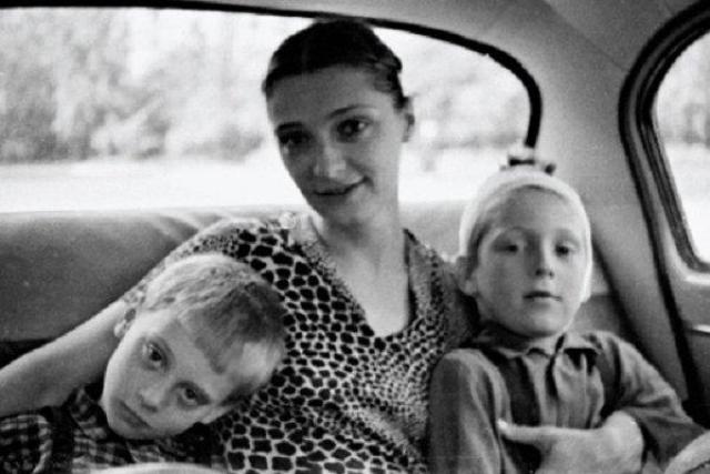 Об актрисе Людмиле Абрамовой известно очень мало, в основном лишь то, что именно она родила Владимиру Семеновичу двоих сыновей - в 1962 году Аркадия, а в 1964 году - Никиту.