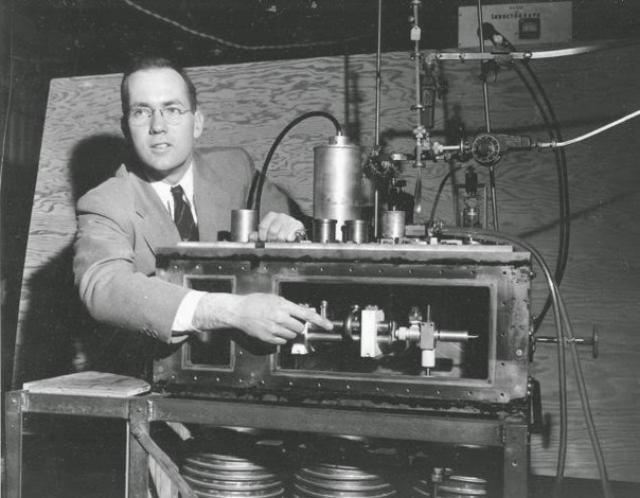 Еще один американец, Чарльз Таунс, также получил премию за данные разработки, и именно он немедленно получил патент на свое изобретение, а затем продал права на него производителям, поскольку понимал, что в его руках золотая жила.