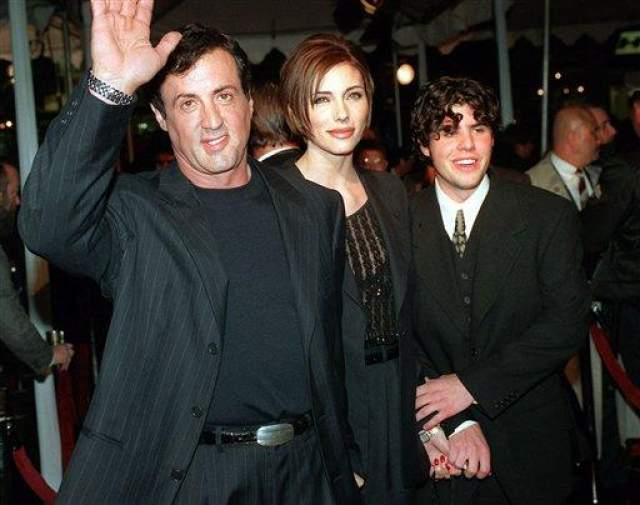 Сильвестр Сталлоне. Его и актрисы Саши Зак сын Сэйдж Мунблад Сталлоне родился в 1974 году. Он был стал старшим из пятерых детей знаменитого актера. Сталлоне-младший унаследовал киногеничную внешность отца и так же, как и он, посвятил себя кино.