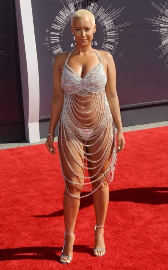 Эмбер Роуз Экс-стриптизерша, а нынче модель на церемонии MTV Video Music Awards 2014 не капли не стеснялась показать все, включительно и свои знаменитые формы.