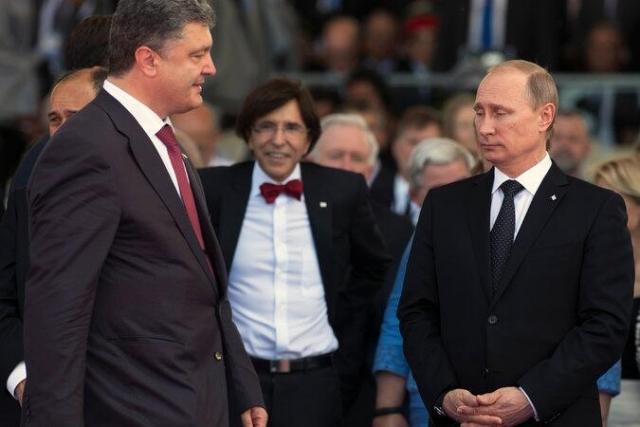 """Фото с Владимиром Путиным """"оценившим"""" помятость костюма Порошенко повеселило интернет-пользователей."""