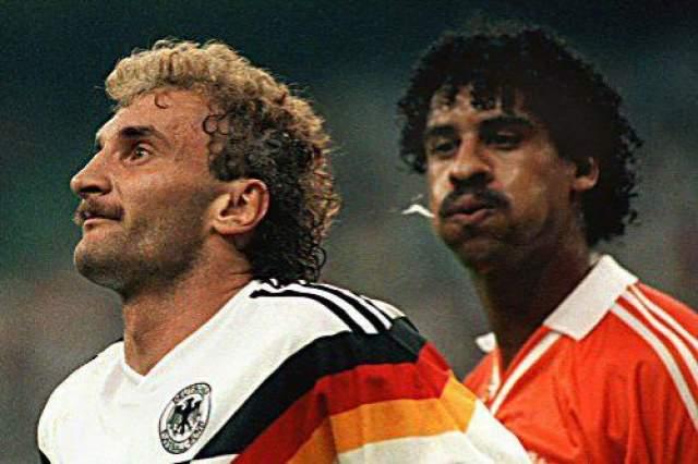 Голландский футболист Рейкард плюнул в немецкого нападающего Феллера Феллер был участником чемпионата мира 1986 года, где забил красивый гол в ворота сборной Франции. Но многим болельщикам памятен скандал Феллера и Франка Райкарда в матче 1/8 финала чемпионата мира в Италии. После одного из эпизодов игры, Феллер подошел к главному арбитру матча и показал на волосы, указывая судье на то место, куда плюнул Франк Райкард.