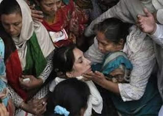 По заключению врача причиной смерти Бхутто было названо огнестрельное ранение в шею. Вечером министр внутренних дел Пакистана заявил, что Беназир погибла от осколочного ранения.Позже и эта информация была опровергнута, было установлено, что Бхутто умерла от сильнейшего удара головой о люк автомобиля, после того, как ее отбросило в результате действия взрывной волны.